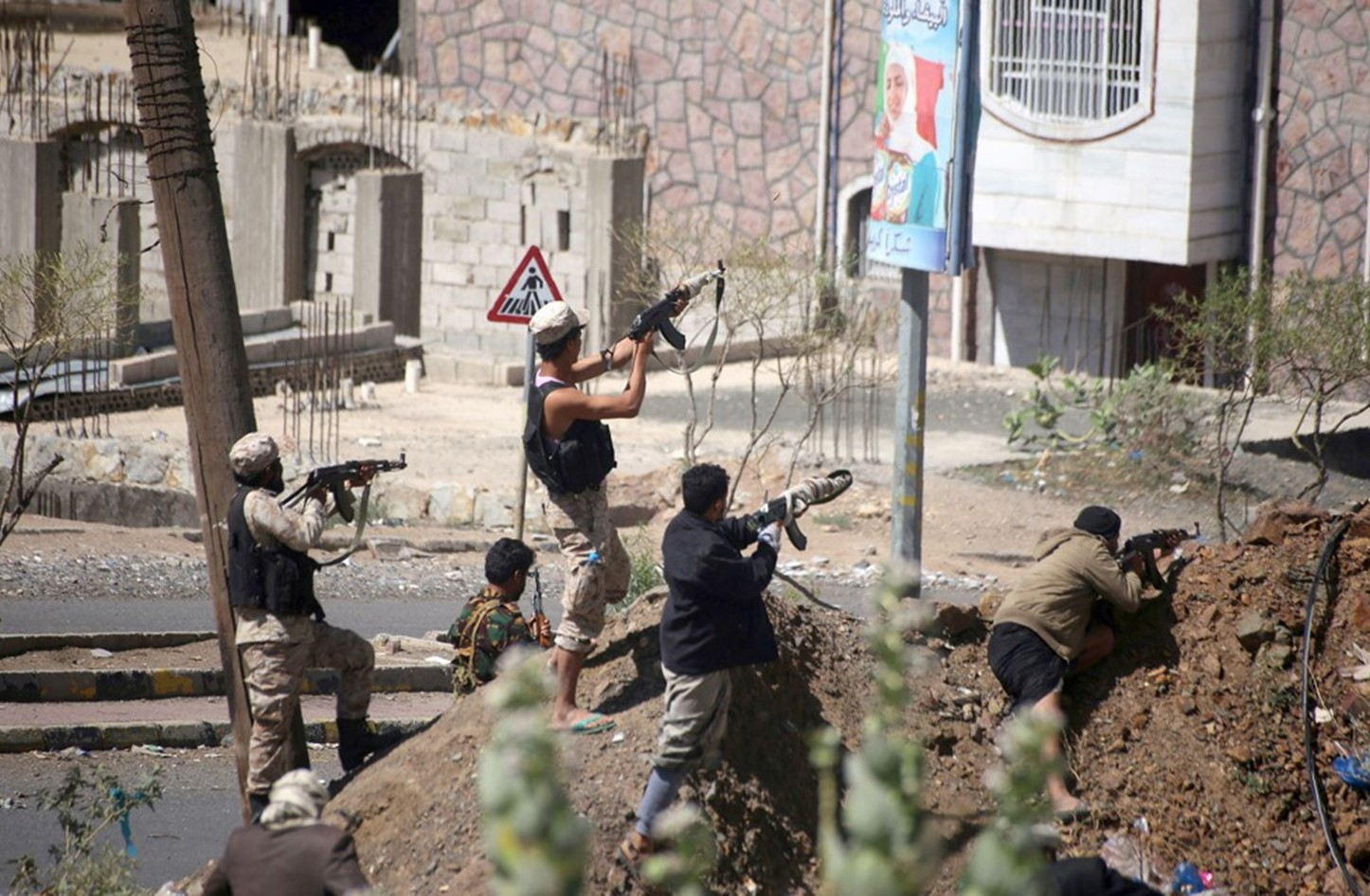 Yemenis demand end to Houthi siege of Taiz as part of peace plans